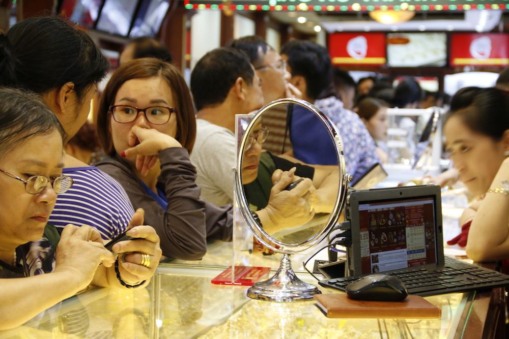 Dòng người xếp hàng chờ mua bán ngày một đông, một số người bày tỏ lo lắng vì giá vàng vừa lên chiều qua, đến sáng nay đã giảm mạnh.