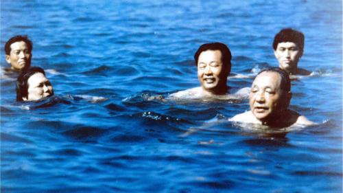 cuu lanh dao trung quocdang tieu binh (phia truoc, ben phai) di boi o bac doi ha thang 7/1987. anh:xinhua