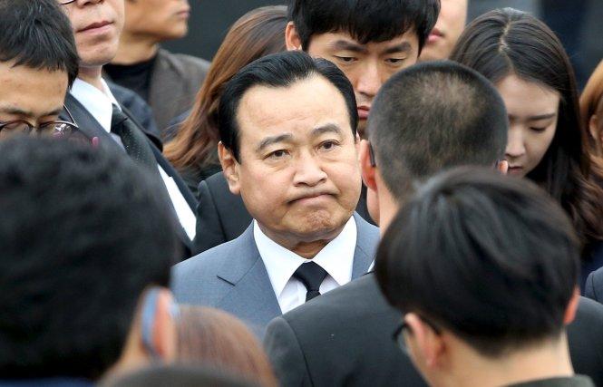 cuu thu tuong lee wan koo (giua) vua bi toa ket an tham nhung lien quan doanh nhan sung wan jong - anh: reuters