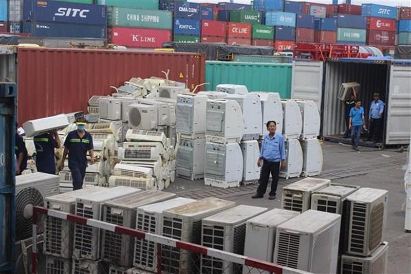 Được trả tiền để... tuồn rác lậu vào Việt Nam