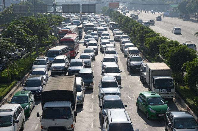 Thuế, phí chiếm nửa giá ôtô