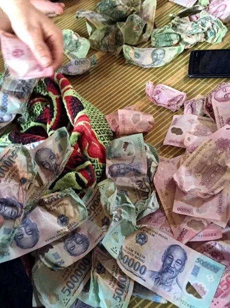Hơn 30 triệu đồng bị co rúm: Đổi tiền có bị mất phí?