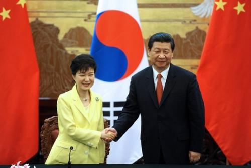 tong thong han quoc park geun-hye bat tay voi chu tich trung quoc tap can binh tai bac kinh trong chuyen tham nam 2013. anh:epa