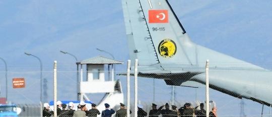 Quan tài chứa thi thể phi công Nga bị sát hại được chuyển giao cho Nga tại sân bay Hatay (Thổ Nhĩ Kỳ) hôm 29-11. Ảnh: REUTERS
