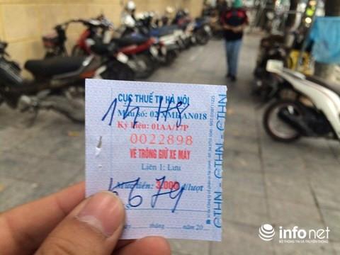 mac du gia ve niem yet la 3.000 dong/luot doi voi xe may nhung cac bai trong giu xe deu thu vuot phi tu 5.000 dong den 10.000 dong/luot.