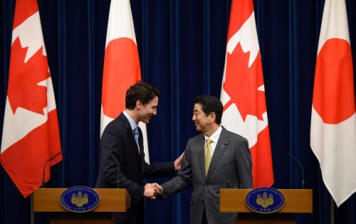 thu tuong canada (trai) bat tay voi nguoi dong cap nhat tai tokyo truoc them hoi nghi g7. anh: reuters