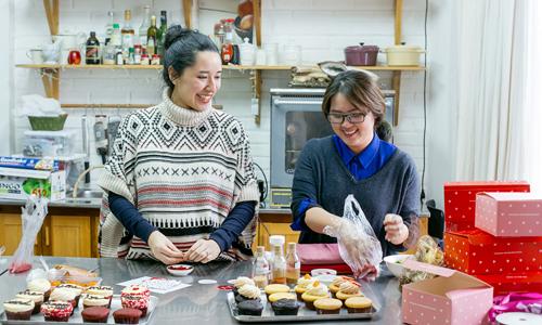 dao chi anh -chu cua kafe group (trai)va dang anhtho,mint cupcake creationscung nhung chiecbanh dau tien duoc ra mat sau khi sat nhap.