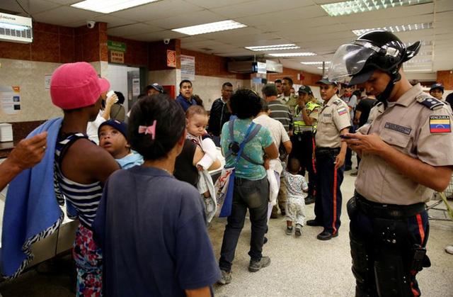 do nan cuop boc thuc pham gia tang, venezuela da trien khai canh sat day dac o cac sieu thi - anh: reuters.