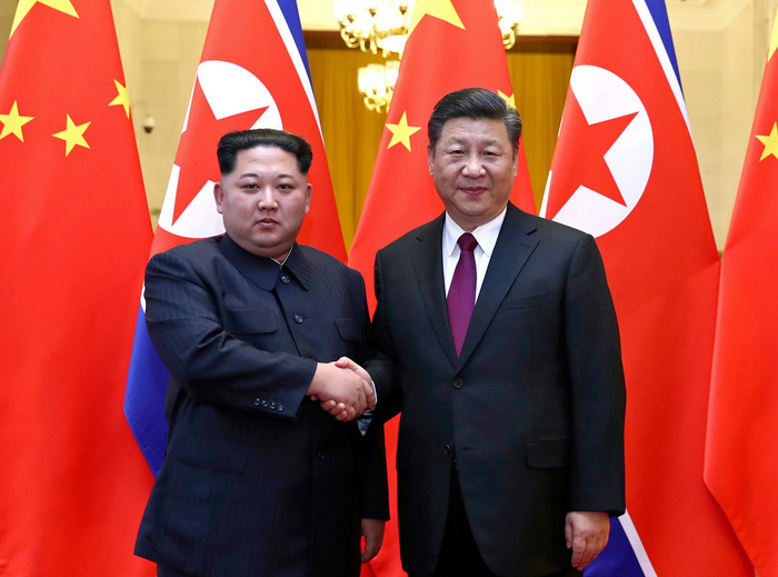 lanh dao trieu tien kim jong un (trai) bat tay voi chu tich trung quoc tap can binh trong chuyen tham trung quoc hoi cuoi thang 3 - anh: reuters