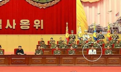 ong kim myong-sik (quan phuc trang) co the da duockhoi phuc chuc tu lenhhai quan trieu tien. anh:yonhap.