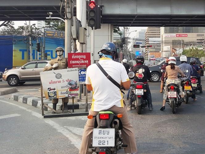 Hình nộm cảnh sát dùng để dọa lái xe chạy ẩu trên đường Asoke Montri ở Bangkok - Ảnh: Lam Yên
