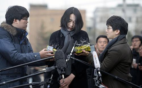 cho hyun-ah xin loi du luan truoc van phong ban dieu tra su co hang khong va duong sat o seoul thang 12/2014. anh:reuters