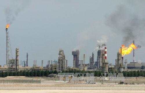 mot nha may loc dau o ngoai o doha, qatar ngay 1/2/2006. anh: afp/ttxvn