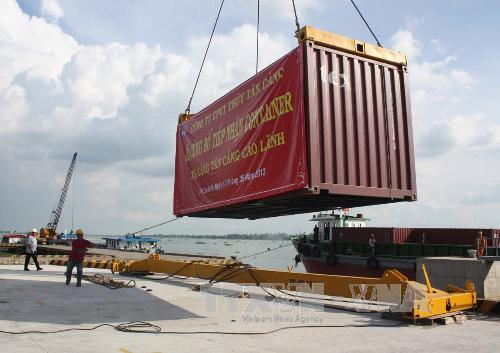 boc xep container tai tan cang cao lanh ( dong thap). anh: van tri/ttxvn