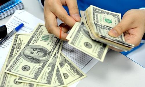Thấp thỏm chờ lương tăng theo tỷ giá
