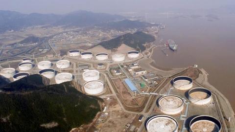 Mỹ-Trung tiếp tục cuộc đua chôn dầu trở lại lòng đất
