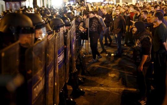 Biểu tình ôn hòa leo thang thành bạo lực hôm 13-4. Ảnh: Reuters