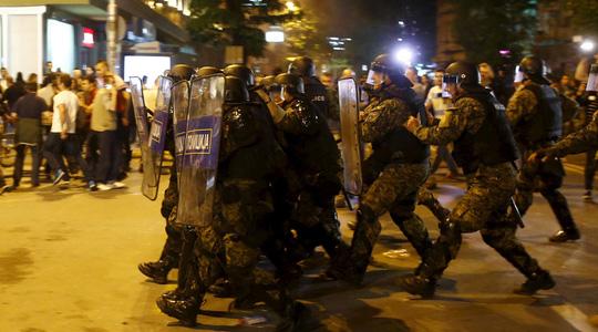Cảnh sát chống bạo động lập hàng rào chặn người biểu tình. Ảnh: Reuters