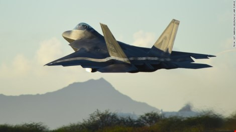 may bay f-22 raptor cua khong quan my tham gia nhiem vu khong kich cac muc tieu is o syria lan dau nam 2014 (anh: cnn)