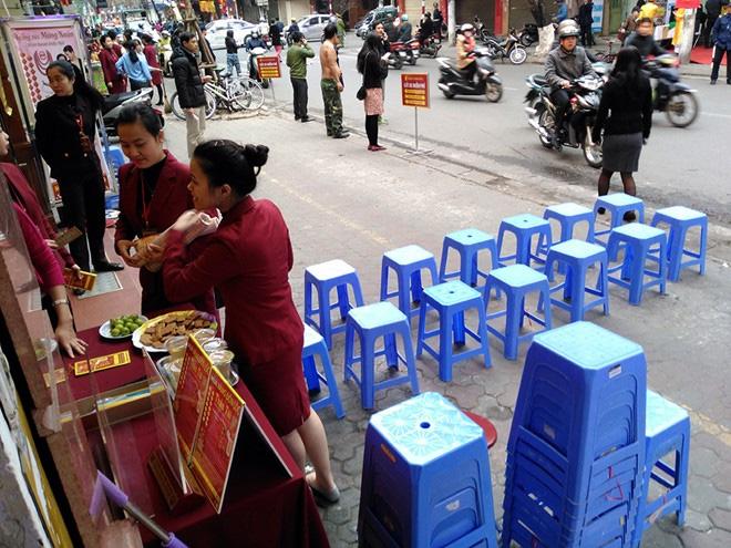 Nhịn đói, chờ 1.000 người để mua vàng thần tài lấy may