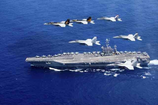 may bay my lap doi hinh ben tren tau san bay uss harry s. truman trong cuoc tap tran tren bien philippines ngay 16-6-2016. anh: reuters
