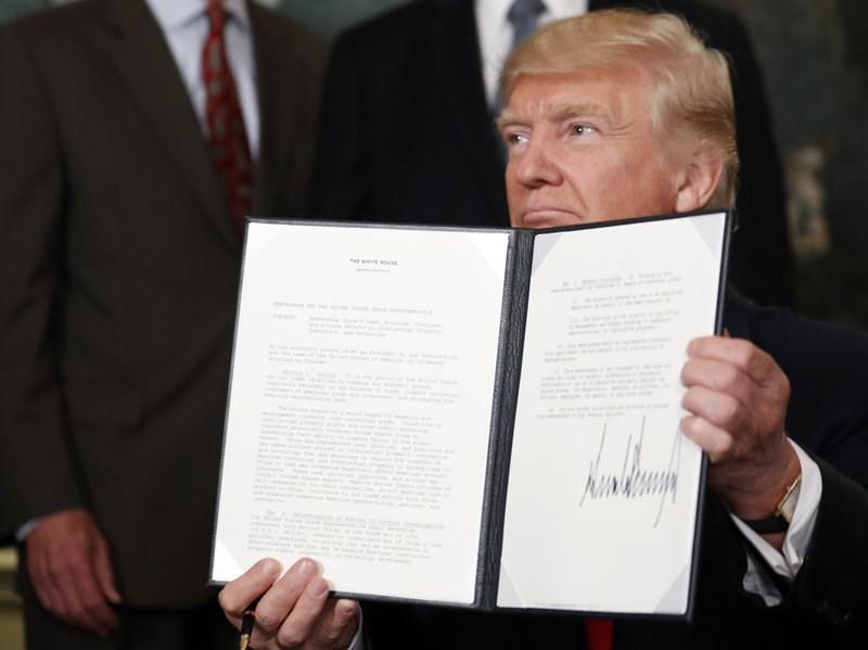 Tổng thống Mỹ Trump ký bản ghi nhớ điều tra thương mại Trung Quốc, ngày 14-8. Ảnh: AP