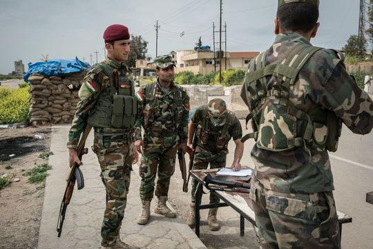 binh linh nguoi kurd chot tai rabia, phia tay bac iraq. anh: ap