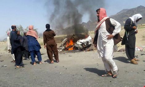 chiec xe cho thu linh taliban tai afghanistan mullah akhtar mansoor bi trung khong kich my tai pakistan ngay 21-5. anh: afp