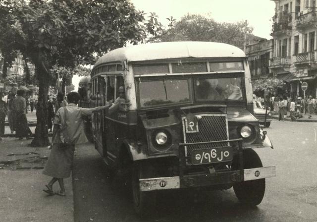 """rangoon (ngay nay la yangon) nam 1981 giong nhu mot thanh pho bi """"dong bang"""". voi nhung toa nha cu ky, via he bong troc va xe bus cong cong co xua, o day thoi gian nhu ngung lai"""
