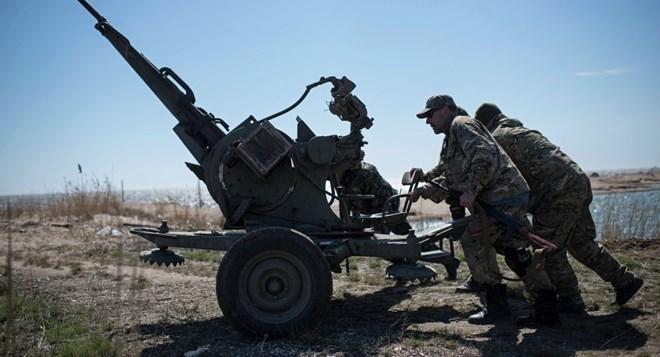cac binh sy chinh phu ukraine trien khai vu khi tai bai bien azov, mien dong ukraine. (anh: ap)