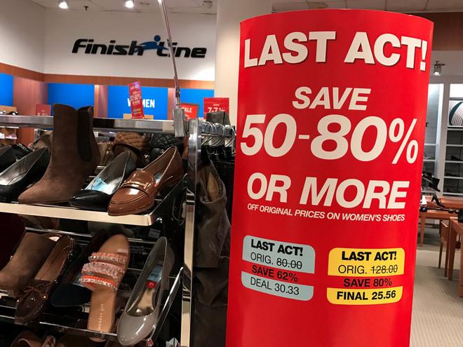 """Khó khăn tài chính của hãng bán lẻ Macy's cũng được thể hiện qua mức giảm giá """"khủng"""" tại nhiều cửa hiệu."""