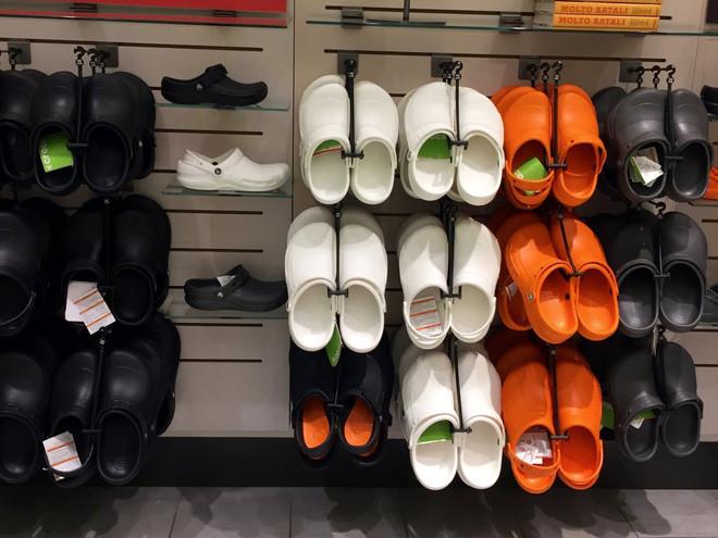 Crocs sẽ đóng cửa 160 cửa hiệu trong năm nay.