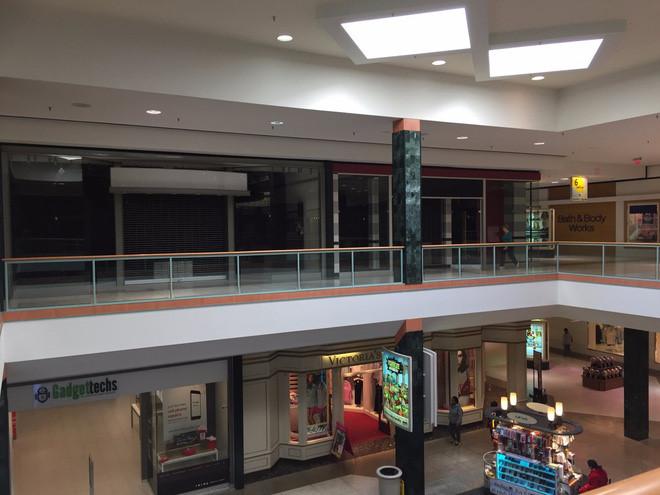 Trung tâm mua sắm có tên Regency Square Mall ở Richmond, Virginia, vẫn duy trì hoạt động, nhưng nhiều cửa hiệu mặt tiền đã đóng cửa.