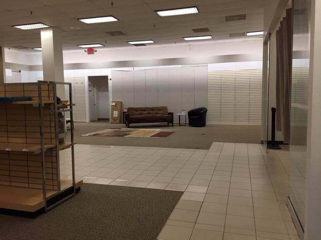 """Doanh thu của Sears đang sa sút mạnh, khiến công ty """"không buồn"""" nhập hàng về bán. Đây là một kho hàng trống trơn của Sears ở Richmond, Virginia."""