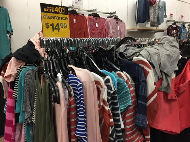 Nhiều cửa hiệu Kmart, công ty bán lẻ sáp nhập với Sears vào năm 2005, đang thanh lý hàng hóa để đóng cửa. Sears dự kiến đóng cửa 238 cửa hiệu Kmart và 98 cửa hiệu Sears trong năm nay.