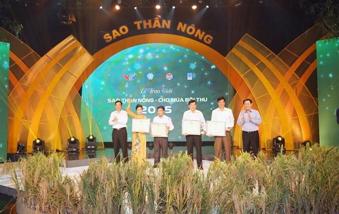 pho thu tuong vuong dinh hue trao giai sao than nong cho 4 hop tac xa nong nghiep tieu bieu.