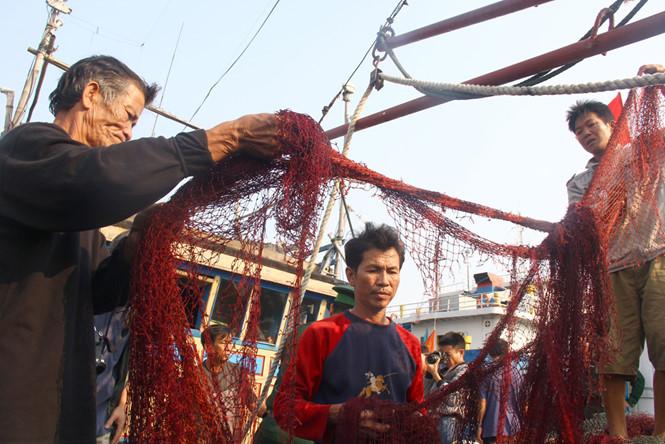 Ngư dân tố hải cảnh Trung Quốc dọa 'bắn chết': Đúng là bọn cướp biển