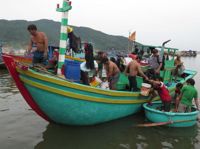 Ngư dân miền Trung bán được cá, tàu lại ra khơi