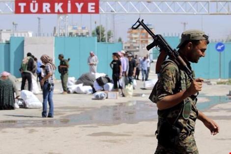 dan quan nguoi kurd tuan tra tai mot khu dan cu cua sac toc nay o mien bac syria. anh: reuters