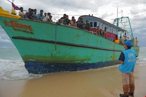 chiec tau cho nguoi di cu tamil mac can tren bo bien tinh aceh (indonesia). (anh: afp)