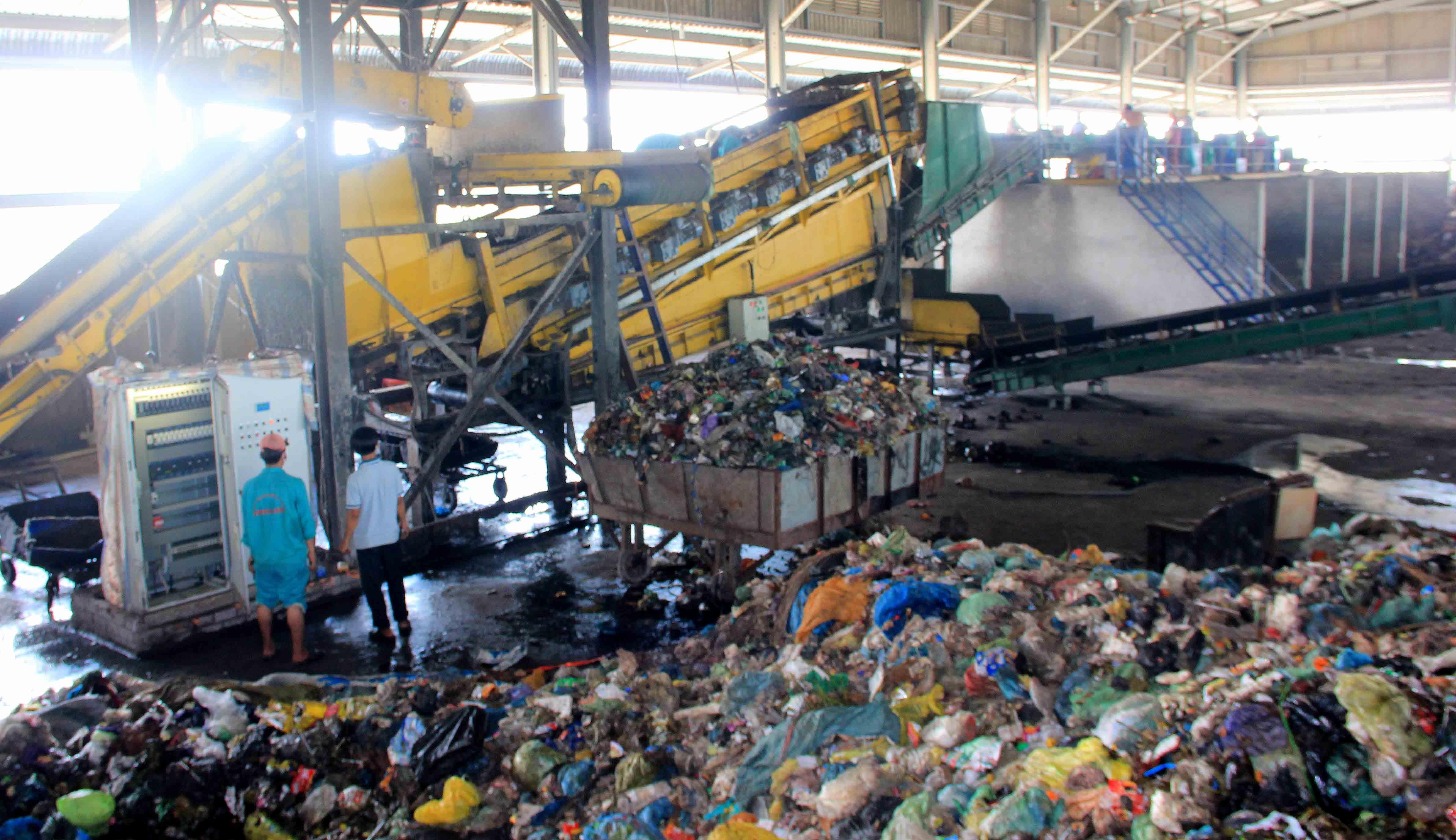 Nhà máy xử lý rác thải hơn 130 tỷ đồng: 4 năm 3 đời chủ vẫn không hiệu quả