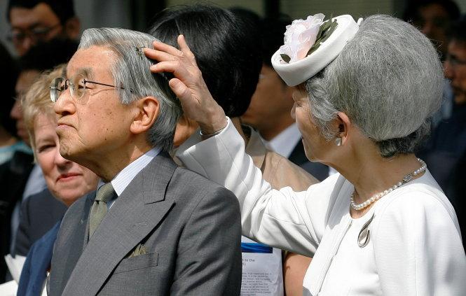 phut giay tinh cam cua nhat hoang akihito (phai) va hoang hau michiko trong anh chup thang 7-2009 - anh: reuters
