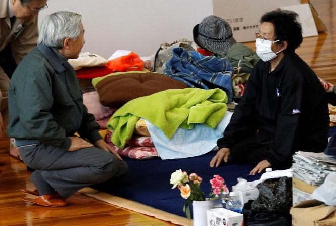 nhat hoang akihito binh di di tham nguoi dan so tan tai fukushima sau tran dong dat - song than xay ra vao thang 3-2011 o nhat - anh: reuters