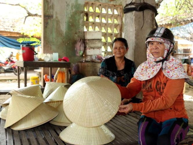 Làng cũ nghề xưa: Ai về mua nón chợ Đình!