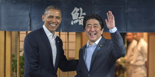 tong thong my barack obama (trai) va thu tuong nhat ban shinzo abe trong mot cuoc gap.