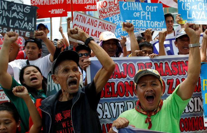 bieu tinh phan doi trung quoc o philippines ngay 12-7 - anh: reuters
