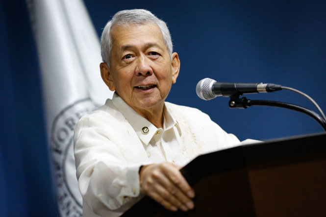 ngoai truong philippines perfecto yasay - anh: rappler