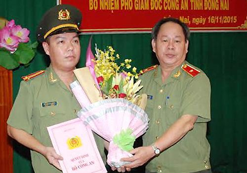 thieu tuong nguyen thanh nam trao quyet dinh bo nhiem cho tan pho giam doc cong an dong nai. anh:bao dong nai