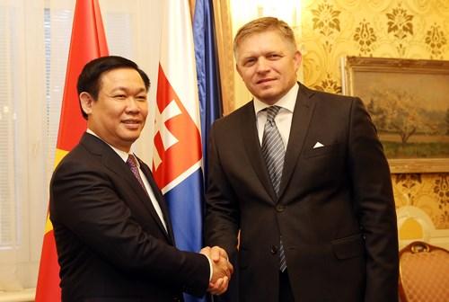pho thu tuong vuong dinh hue hoi kien thu tuong slovakia robert fico. anh: vgp/thanh chung