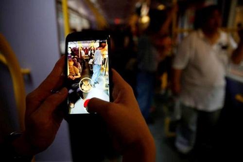 mot nguoi choi pokemon go tren xe bus tai hong kong (trung quoc). anh:reuters